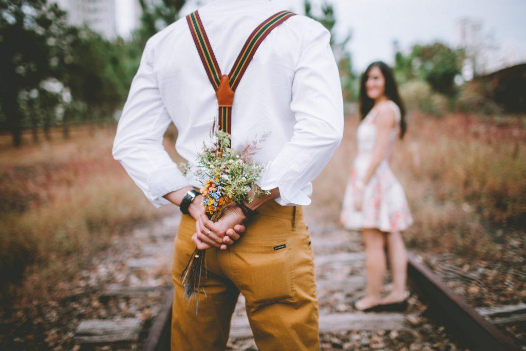 Couple romantique avec bouquet de fleur