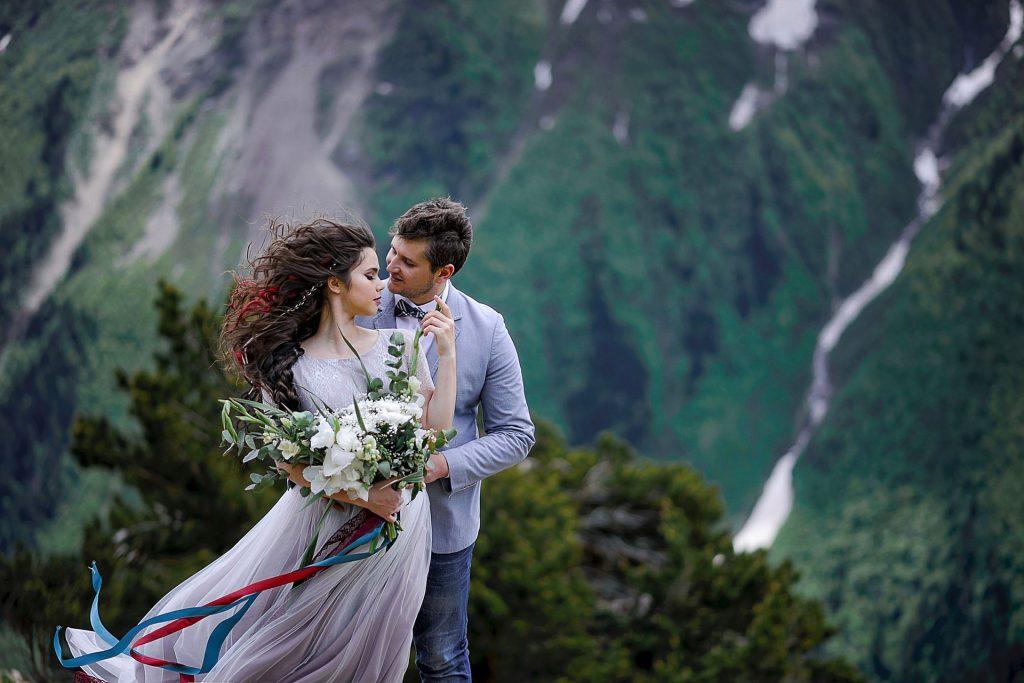 Couple romantique sur une falaise